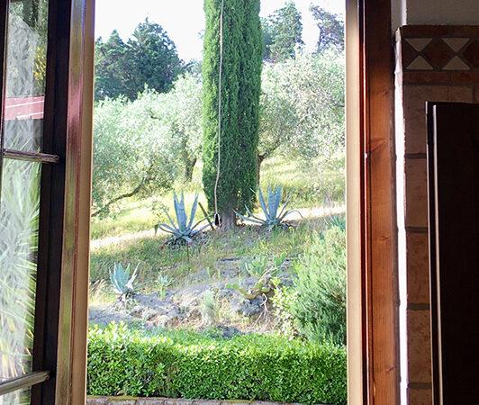 camera matrimoniale vista giardino villa a castiglione della pescaia (3)